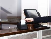 El cajero saca la cuenta de la máquina de la cuenta en restaurante imagenes de archivo