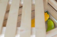 El calabacín amarillo y verde está en una caja de madera para las verduras Fotografía de archivo libre de regalías