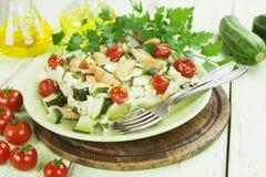 El calabacín coció con el pollo, los tomates de cereza y las hierbas Fotografía de archivo libre de regalías