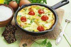 El calabacín coció con el pollo, los tomates de cereza y las hierbas Foto de archivo