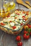 El calabacín coció i con el pollo, los tomates de cereza y las hierbas Imagen de archivo libre de regalías