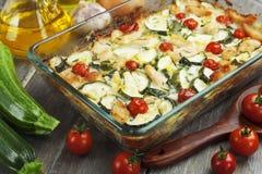 El calabacín coció i con el pollo, los tomates de cereza y las hierbas Foto de archivo libre de regalías