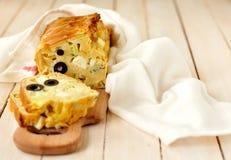 El calabacín, el queso Feta, la aceituna negra y el pan del tomillo apelmazan, copian el espacio para su texto Foto de archivo libre de regalías