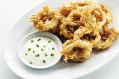 El calamar frito del calamari suena con la salsa de ajo del aioli Fotos de archivo libres de regalías