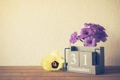 el calendario de madera del vintage fijó en los 31 de diciembre con la flor ha Foto de archivo