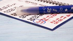 El calendario está en la tabla El número 31 foto de archivo libre de regalías