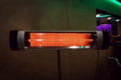 El calentador eléctrico en el cuarto calefacción del apartamento en tiempo frío Halógeno o calentador infrarrojo en un fondo blan imágenes de archivo libres de regalías