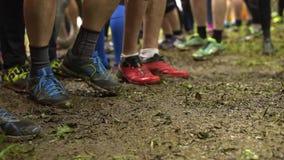 El calentamiento de los corredores antes del inicio de la raza almacen de metraje de vídeo