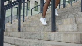 El calentamiento ejercita antes de correr, entrenamiento urbano sin ir al gimnasio almacen de video