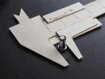El calibrador a vernier hizo el papel de la forma Foto de archivo