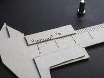 El calibrador a vernier hizo el papel de la forma Imagenes de archivo