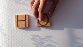 El ` CALIENTE del ` de la palabra se presenta en letras de madera almacen de video