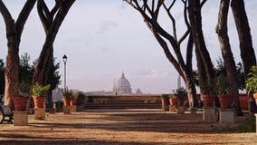 El callejón cerca del jardín anaranjado, degli Aranci, día de primavera ventoso de Roma, Italia Giardino Cerrado abajo de tiro en almacen de video