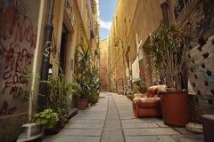 El callejón colorido de Cagliari fotografía de archivo libre de regalías