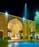 El callejón del bazar detrás de la fuente, Kermán, Irán Fotos de archivo libres de regalías
