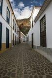 El callejón estrecho del pueblo de playa fotos de archivo