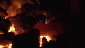 El calor del fuego derrite el metal metrajes