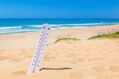 El calor en la playa Termómetro para la temperatura Imagen de archivo libre de regalías