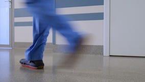 El calzado del personal médico almacen de metraje de vídeo