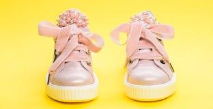 El calzado para las muchachas o las mujeres adornadas con la perla gotea Concepto cómodo del calzado Zapatos lindos en fondo amar Imágenes de archivo libres de regalías