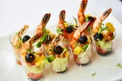 El camarón, aguacate, tomate, la ensalada de color salmón del cóctel sirvió en un vidrio Imágenes de archivo libres de regalías