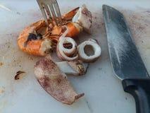 El camarón y el calamar fueron asados a la parrilla Foto de archivo