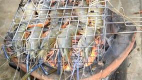 El camar?n as? a la parrilla los mariscos del Bbq en la estufa, gambas de r?o asadas a la parrilla en flamear Alimento tailand?s  metrajes