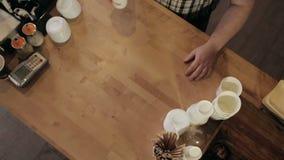 El camarero abandona el café al comprador Visión desde la tapa metrajes