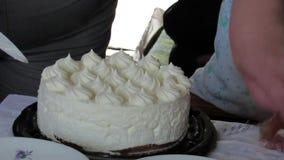 El camarero cortó la torta en porciones almacen de video