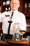 El camarero de la barra de vino vierte el vidrio en restaurante Imágenes de archivo libres de regalías