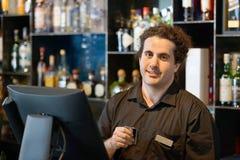 El camarero en la caja registradora Foto de archivo