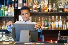 El camarero en la caja registradora Imagen de archivo libre de regalías