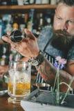 El camarero está haciendo el cóctel Imagenes de archivo