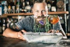 El camarero está haciendo el cóctel con el vapor del hielo Imagenes de archivo