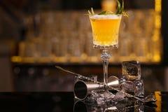 El camarero est? haciendo Pisco la bebida amarga del c?ctel del alcohol fotografía de archivo