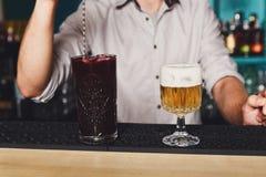 El camarero hace los cócteles en barra del club de noche Foto de archivo libre de regalías