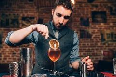 El camarero hermoso que prepara el aperitivo alcohólico, aperol spritz el cóctel fotos de archivo