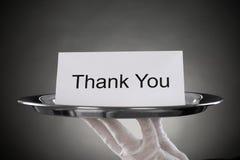 El camarero Holding Plate With el texto le agradece en el papel Fotografía de archivo libre de regalías