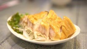 el camarero 4K sirve a plato el filete ahumado del tiburón Cocinado en restaurante chino almacen de video