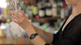 El camarero limpia un vidrio Tiro medio almacen de video