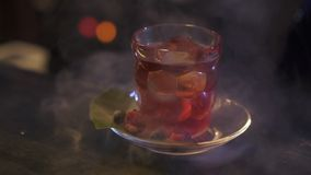 El camarero prepara un cóctel alcohólico delicioso metrajes