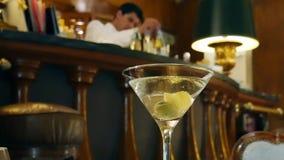 El camarero prepara un cóctel en la barra de los espías dentro del hotel Palacio, Estoril, Portugal metrajes