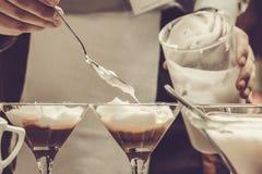 El camarero que hacía el café basó el cóctel en café fotografía de archivo libre de regalías