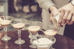 El camarero que hacía el café basó el cóctel en café imagen de archivo