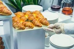 El camarero servering la tabla de comida fría del abastecimiento con la comida y los bocados para las huéspedes del evento Cena d Imagen de archivo libre de regalías