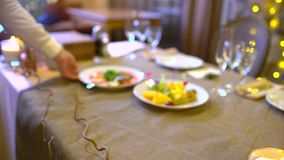 El camarero sirve la tabla Cambia la comida Cierre para arriba almacen de video