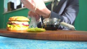 El camarero trajo el almuerzo para el café del cliente almacen de video