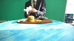 El camarero trajo el almuerzo para el café del visitante almacen de metraje de vídeo