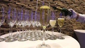 El camarero vierte el champán en copa, en un restaurante, el camarero vierte el champán en cristales, restaurante metrajes