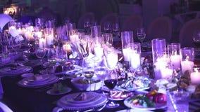 El camarero vierte el champán en copa, en un restaurante, el camarero vierte el champán en cristales, interior del restaurante, p metrajes